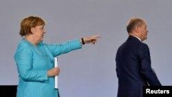 Njemačka kancelarka Angela Merkel i njemački ministar financija i vicekanceler Olaf Scholz na konferenciji za novinare nakon sastanka koalicije zbog stimulativnih mjera za ponovno pokretanje ekonomije u Berlinu, Njemačka, 3. juna 2020.