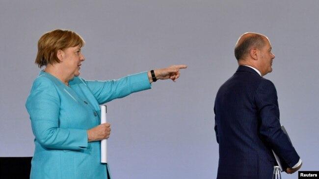 Angela Merkel gestikulira iza svog najvjerovatnijeg političkog nasljednika Olafa Scholza, na konferenciji za novinare o mjerama za podršku njemačkoj ekonomiji u korona krizi 3. juna 2020.