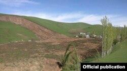 Оползень в селе Аюу-Сай Узгенского района. 29 апреля 2017 года