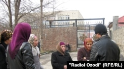 Tajikistan -- Protest of Dushanbe residents in front of Dushanbe administration buildings, Dushanbe, 17Jan2011