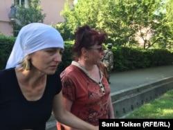 Инга Сайфулина (слева), мать погибшего солдата Даниэля.
