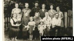 Моя бабуся Марія і мій дід Василь сидять у першому ряду справа – Ірина Козинець надала фото своїх рідних