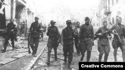 Совместный патруль красноармейцев и бойцов Армии Крайовой на улицах Вильнюса, июль 1944 года. Этот союз оказался недолгим.