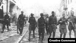 Редкий случай сотрудничества: совместный патруль красноармейцев и бойцов Армии Крайовой на улицах Вильнюса, 1944 год