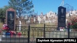 Казат Акматовдун сөөгү кызы Мунабиянын жанына коюлган.
