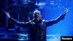 """Чэстэр Бэнінгтан з Linkin Park выконвае """"Burn It Down"""" на 40-й American Music Awards ў Лос-Анджэлесе, штат Каліфорнія, 18 лістапада 2012"""