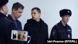 Олег Ладыков (в центре)