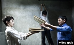 Фильмдегі полицейлердің күдікке ілінгендерді азаптауы туралы көрініс.