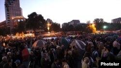 Участники митинга на площади Свободы, 5 октября 2011 г.