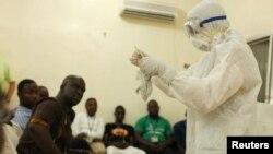 Местным медработникам показывают как работают противовирусные средства в связи со вспышкой эболы. Либерия.