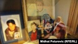 Izgleda da je jedan narod trebalo etnički očistiti: Hatidža Mehmedović (na slici: Hatidža Mehmedović gleda u vitrinu u kojoj su fotografije njenih najmilijih)