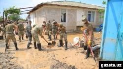 Солдаты ликвидируют последствия наводнения после прорыва дамбы Сардобинского водохранилища