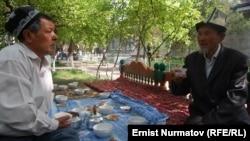 Иллюстративное фото - чайхана в Оше, 25 апреля 2012 года.
