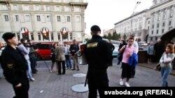 """""""Үнсіз наразылық"""" акциясы кезінде. Минск, 21 қыркүйек 2011 жыл."""