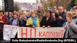 За словами організаторів, учасники віче оголосили ультиматум українській владі з кількома вимогами, серед яких – «закінчити будь-які розмови» про капітуляцію, розведення військ, відновлення водопостачання Криму, відновлення торгівлі з окупованими територіями.
