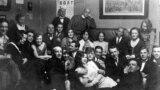 Вечеринка в квартире Шостаковичей после премьеры балета «Болт». 8апреля 1931года. Сидит четвертый слева – Михаил Зощенко.