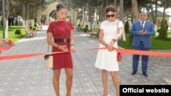 Arxiv fotosu: Prezident İlham Əliyevin qızı Leyla (solda) və xanımı Mehriban Əliyeva Bakıda uşaq bağçası açılışında.