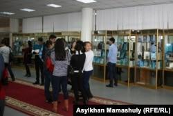 Школьницы на выставке книг о Нурсултане Назарбаеве. Алматы, 27 ноября 2014 года.