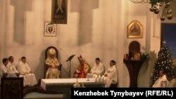 Алматыдағы қасиетті үштік епархиясының шіркеуінде Рождество мерекесіне арналған мінәжат. 24 желтоқсан 2012 жыл.