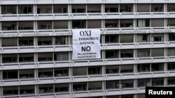 На здании Минфина Греции висит плакат против принятия требований кредиторов