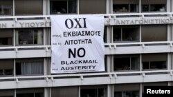 На здании Минфирна Греции висит плакат против принятия требований кредиторов.