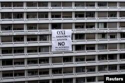 Un banner cu îndemnul de a vota NU la referendum, instalat pe clădirea ministerului finanţelor de la Atena