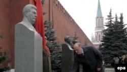 Геннадий Зюганов возлагает цветы у памятника Иосифу Сталину 6 ноября