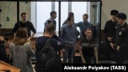 """Обвиняемые по делу """"Сети"""" в зале суда"""