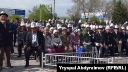 Жалал-Абадта өтіп жатқан оппозицияның митингісі. Қырғызстан, 10 сәуір 2012 жыл.