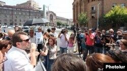 Արգիշտի Կիվիրյանը Ոստիկանության շենքի դիմաց բողոքի ակցիայի ժամանակ, 27-ը օգոստոսի, 2013թ․