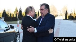 Президент России Владимир Путин (слева) и президент Таджикистана Эмомали Рахмон. Душанбе, 27 февраля 2017 года.