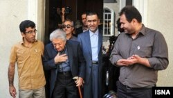 حجتالله ایوبی (نفر دوم از راست) همراه با عزتالله انتظامی خانه سینما را بازگشایی کردند.