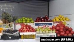 Türkmenistandaky bazarlaryň birinde satuwa çykarylan azyk önümleri. Arhiwden alnan surat