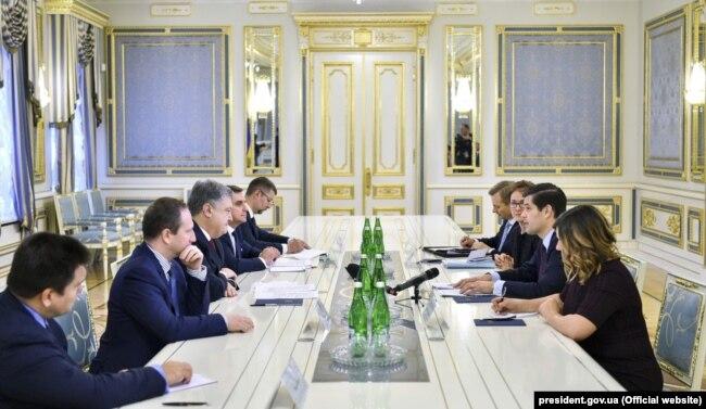 Президент України Петро Порошенко провів зустріч із новопризначеним Помічником Держсекретаря США з питань Європи та Євразії Вессом Мітчеллом. Київ, 15 листопада 2017 року