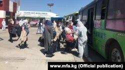 Чет жактан кайткан мигранттар. 26-май, 2020-жыл. Бишкек.