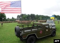 Український та американський прапор на автомобілях військових під час церемонії відкриття навчань на Яворівському полігоні