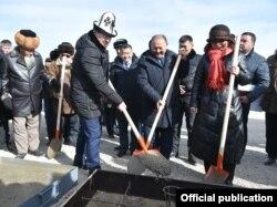 Мухаммедкалый Абылгазиев, посол КНР в Кыргызстане Ду Дэвень и предприниматель Эмилбек Абдыкадыров.