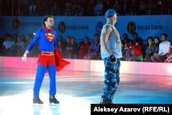 Украиналық акробаттар мұз айдынында Супермен (Алексей Полищук) мен ресейлік десант (Владимир Беседин) жекпе-жегін көрсетті.