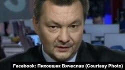 В'ячеслав Піховшек раніше вів програму «Епіцентр» на 1+1, в ефірі якої Георгій Гонгадзе дискутував з Леонідом Кучмою