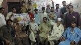 کراچی: پروین عثمان د انتخاباتو د کمپاین پر مهال له خپل پلار او نورو پلویانو سره