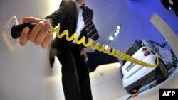 Працівник під'єднує до пристрою живлення електромобіль перед відкриттям 63-го Міжнародного автомобільного ярмароку у Франкфурті. Загалом на виставці представлені 781 авто (серед них близько 100 нових моделей) і автозапчастин від виробників з 30 країн