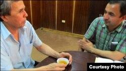 Исфандиёри Одина (аз тарафи рост) ва Урунбой Усмонов дар боздоштгоҳи муваққати шаҳри Хуҷанд. Тобистони соли 2011