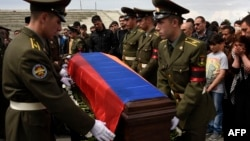 Armenia -- Armenian soldiers carry the flag-wrapped coffin of one of their comrades killed in Nagorno-Karabakh during the soldier's funeral ceremony at the Yerablur military cemetery on the outskirts of Yerevan, April 13, 2016