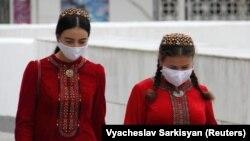 Ашхободда ниқоб тақиб кетаётган туркман қизлари, 2020 йил 13 июли.