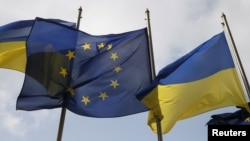 Ukrainian and EU flags fly in front of the presidential administration building in Kyiv (file photo)