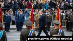 Президент Петро Порошенко прямує до трибуни перед початком військового параду з нагоди Дня Незалежності України, Київ, 24 серпня 2016 року