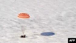 Америкалық астронавт Скотт Келли, ресейлік Олег Скрипочка және Александр Калери ғарыштан оралған сәт. Арқылық, 16 наурыз 2011 жыл.
