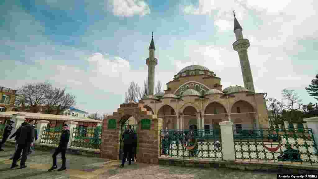 Біля мечеті Джума-Джамі