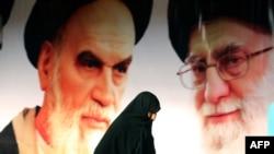 Великие аятоллы Рухолла Хомейни (слева) и Али Хаменеи (справа) на уличном плакате в Тегеране.