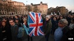 شهروندان لندن برای ادای احترام به قربانیان گرد آمدهاند